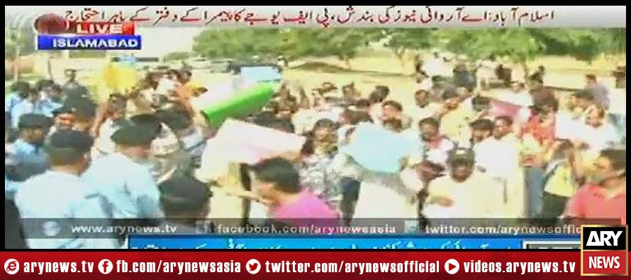 ARY News closure: PFUJ protests outside Pemra office