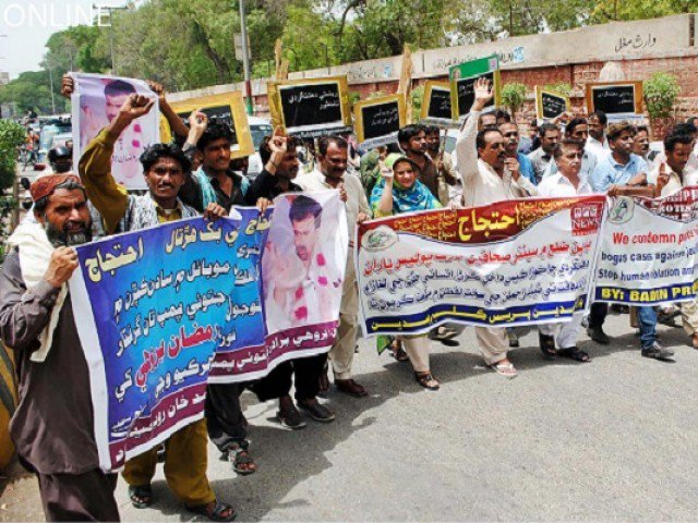 Badin journalists take to streets against cases registered against colleagues